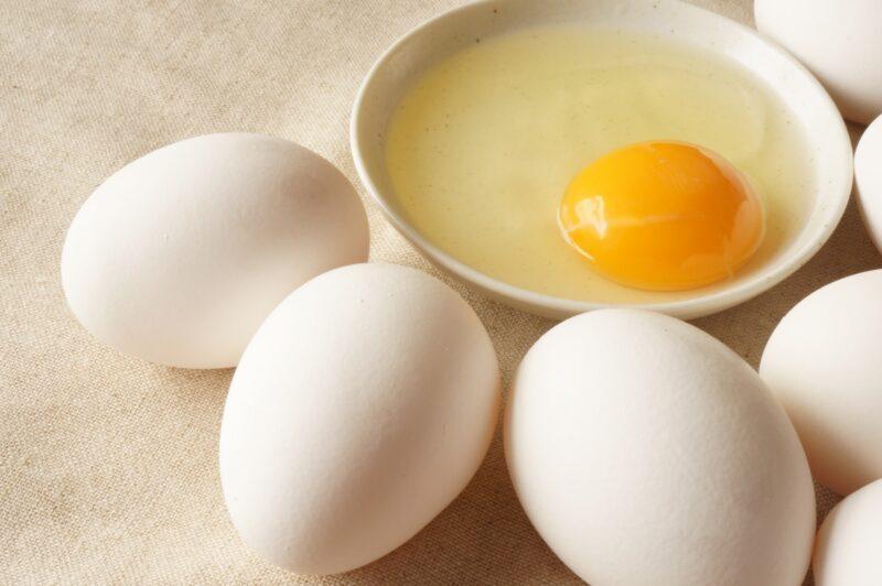 卵と皿の中の生卵